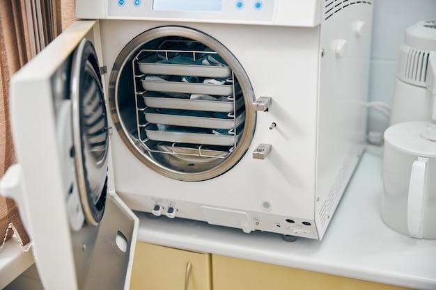 Feche a imagem de uma grande máquina moderna usando alta temperatura para equipamentos de desinfecção na medicina