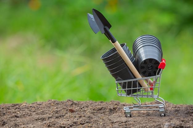 Feche a imagem do equipamento de jardim colocado no solo