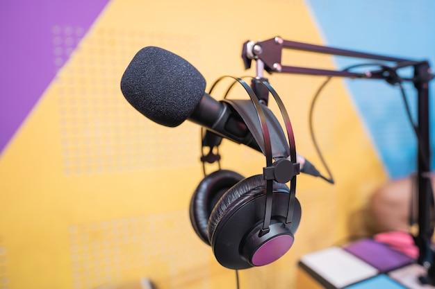 Feche a imagem do microfone no estúdio de podcast