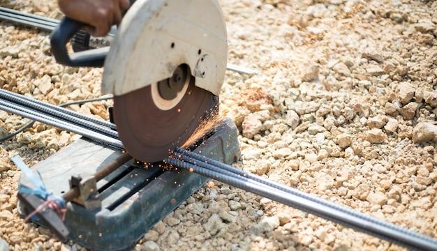 Feche a linha de corte de ferro no canteiro de obras no solo