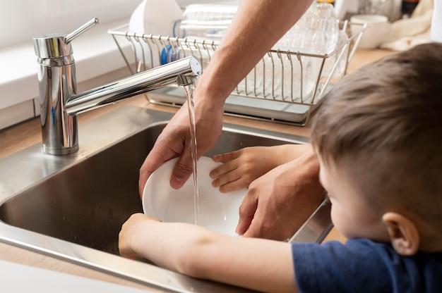 Feche a louça de lavagem infantil