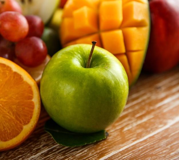 Feche a maçã verde fresca na mesa de madeira