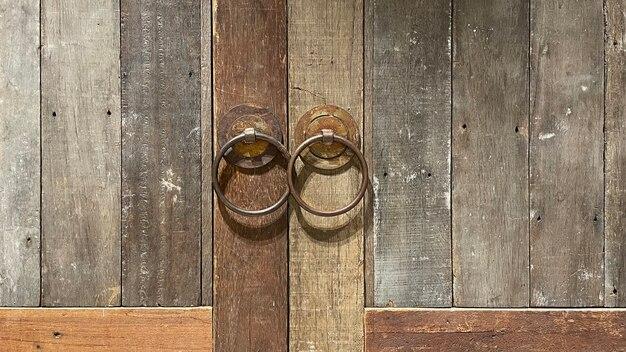 Feche a maçaneta da porta para plano de fundo, estilo vintage, madeira maciça