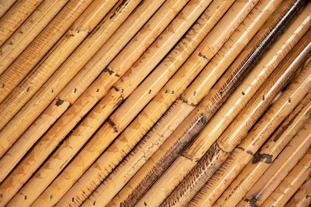 Feche a madeira de bambu velha decorativa do fundo da parede