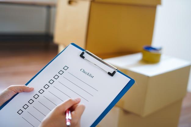 Feche a mão com a lista de verificação e a caixa de papelão antes de passar para o novo local.