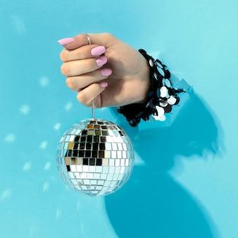 Feche a mão com bola de discoteca