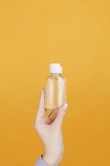 Feche a mão com o frasco de desinfetante para as mãos
