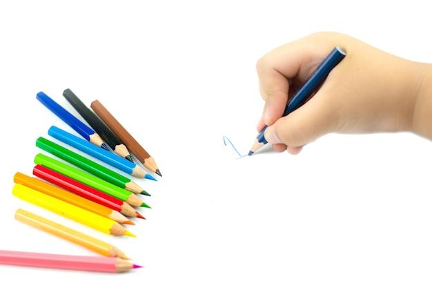 Feche a mão da menina com um lápis escrevendo palavras em inglês com a mão no papel branco do bloco de notas