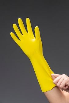 Feche a mão da mulher com a luva