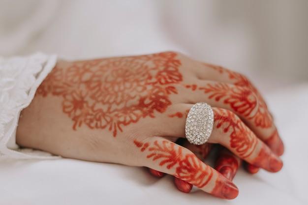 Feche a mão da mulher durante um casamento