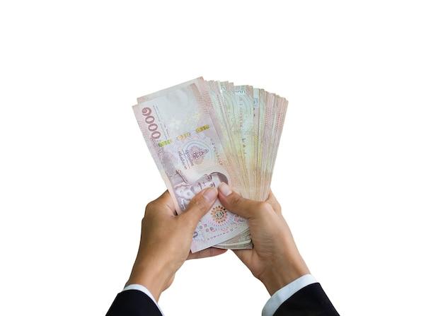 Feche a mão da mulher segurando a nota de 1000 na tailândia isolada no fundo branco