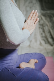 Feche a mão de rezar para pose de boa meditação yoga