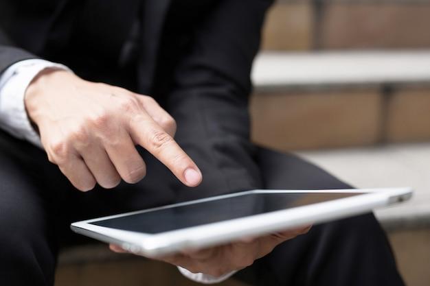 Feche a mão de uma mulher de negócios trabalhando usando uma mesa digital