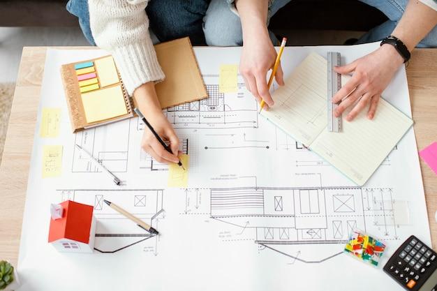 Feche a mão desenhando a planta da casa