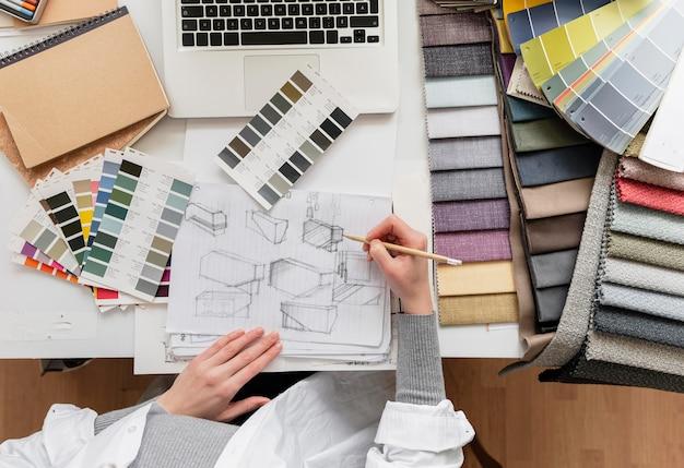 Feche a mão desenhando móveis