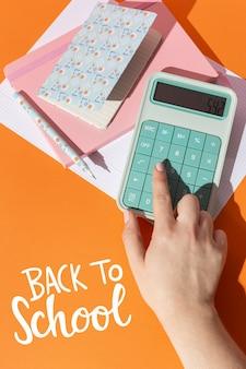 Feche a mão digitando na calculadora