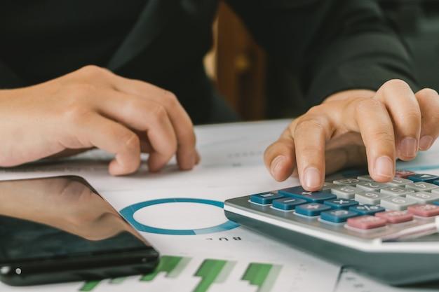 Feche a mão do contabilista de empresária ou banqueiro usando calculadora, cálculo de finanças