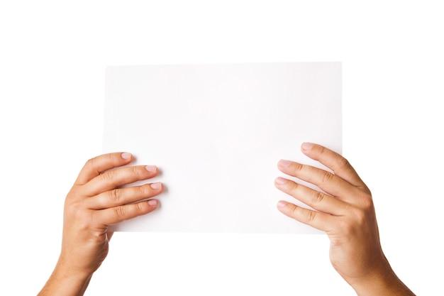 Feche a mão do homem segurando um cartão de publicidade em branco