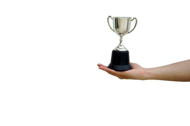 Feche a mão do homem segure a taça do campeonato do troféu isolada no fundo branco para o vencedor do prêmio