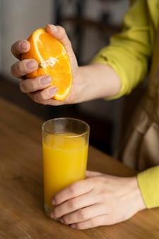 Feche a mão espremendo laranja para fazer suco