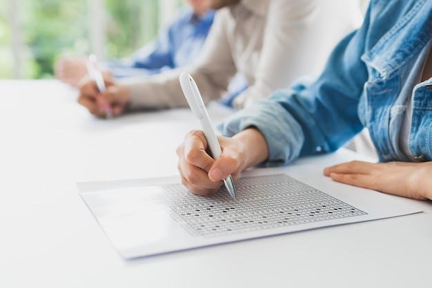 Feche a mão fazendo teste ou questionário