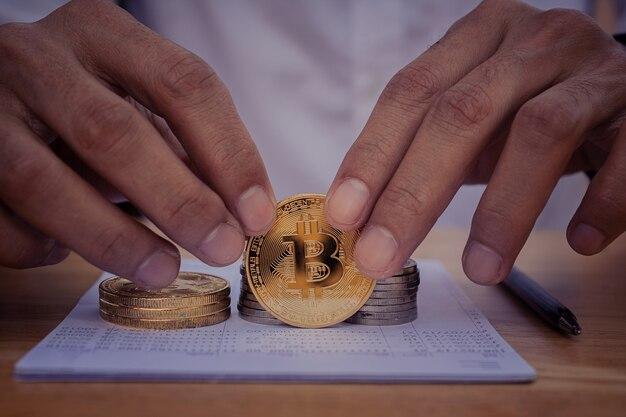 Feche a mão segurando bitcoins, finanças, investimento em dinheiro digital