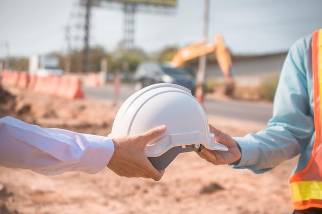 Feche a mão segurando o capacete