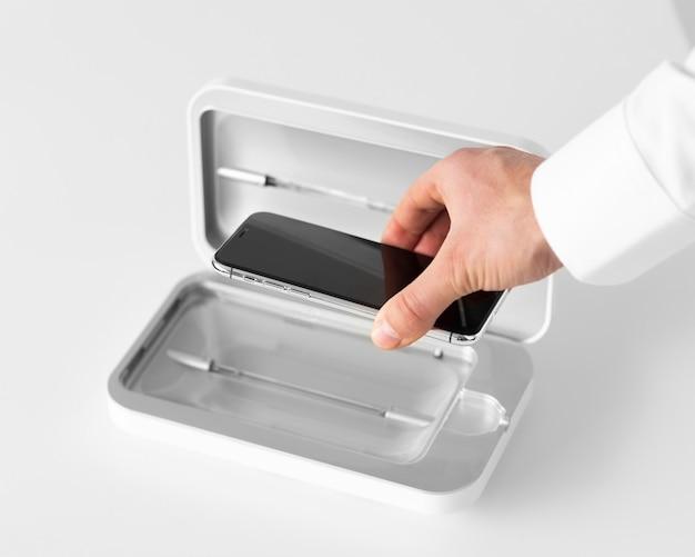 Feche a mão segurando o dispositivo