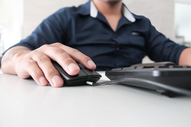 Feche a mão segurando o mouse.