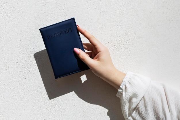 Feche a mão segurando o passaporte