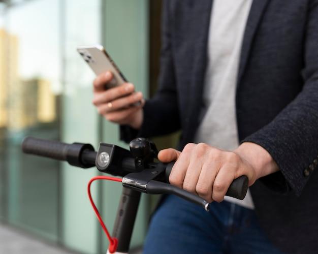 Feche a mão segurando o smartphone