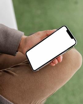 Feche a mão segurando o telefone