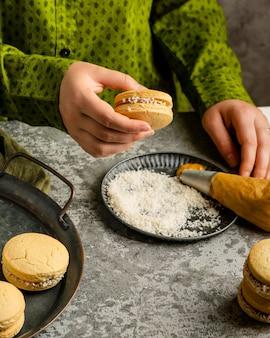 Feche a mão segurando um biscoito delicioso