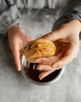 Feche a mão segurando um biscoito