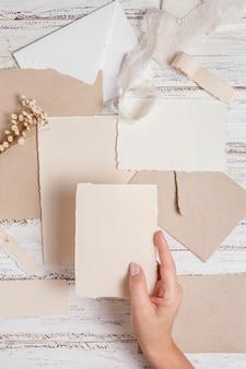 Feche a mão segurando um pedaço de papel