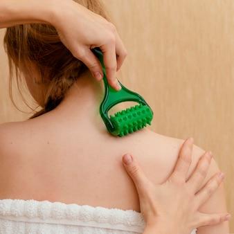 Feche a mão segurando uma ferramenta de massagem