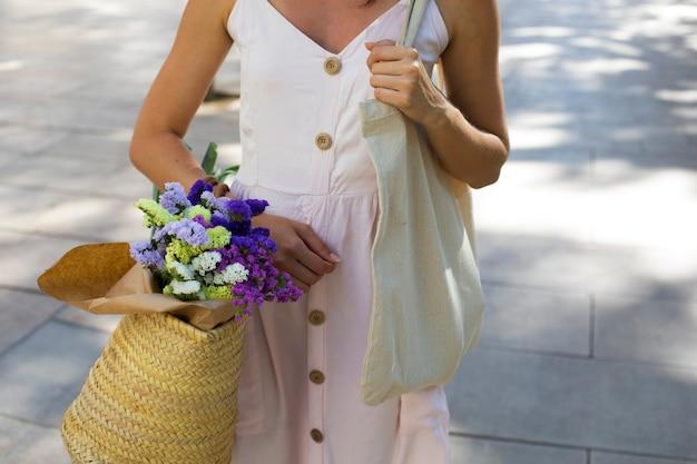 Feche a mão segurando uma sacola ecológica