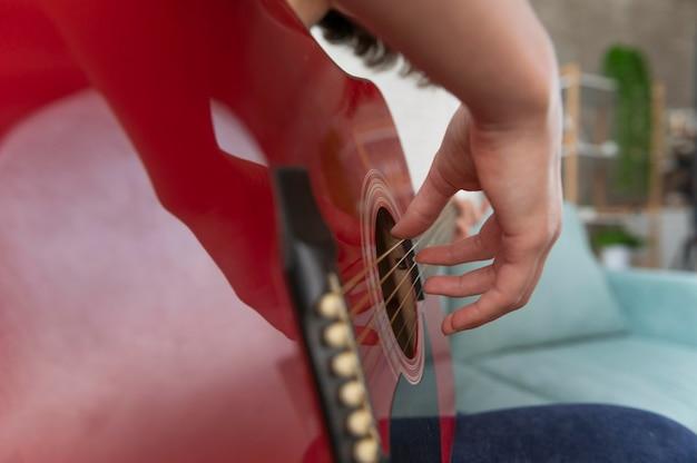 Feche a mão tocando violão