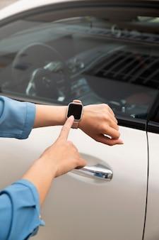 Feche a mão usando smartwatch para destravar o carro