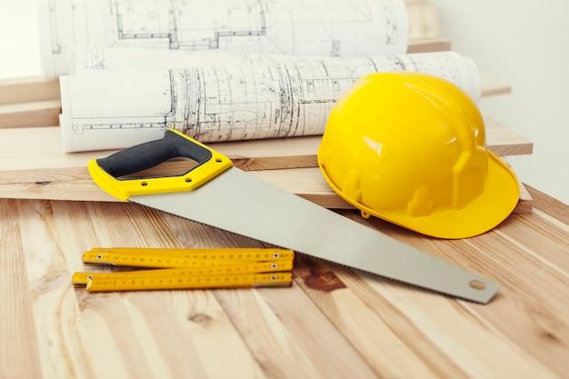 Feche a mesa de madeira com ferramentas de trabalho