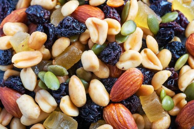 Feche a mistura de nozes e frutas secas. conceito de alimentação saudável.