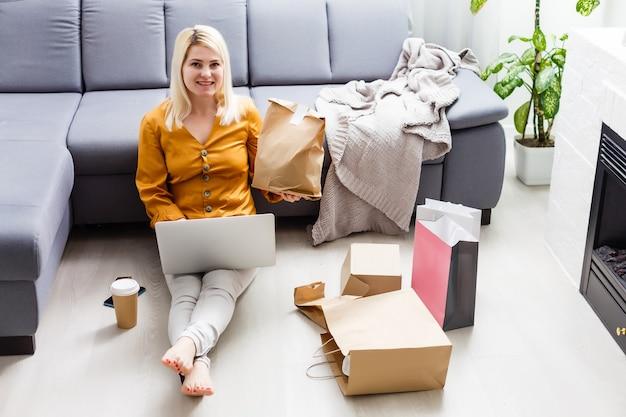 Feche a mulher sentada, use cartão de crédito, pague por pedido de comida on-line no computador laptop, na página da web de função de adicionar ao carrinho em casa, conceito de marketing digital. estilo de vida digital