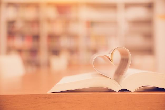 Feche a página de um livro em forma de coração.