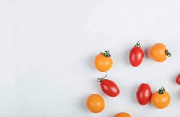 Feche a pilha de fotos de tomates cereja. foto de alta qualidade