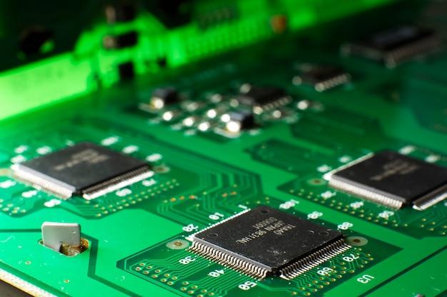 Feche a placa de memória verde com o chip smd na mesa