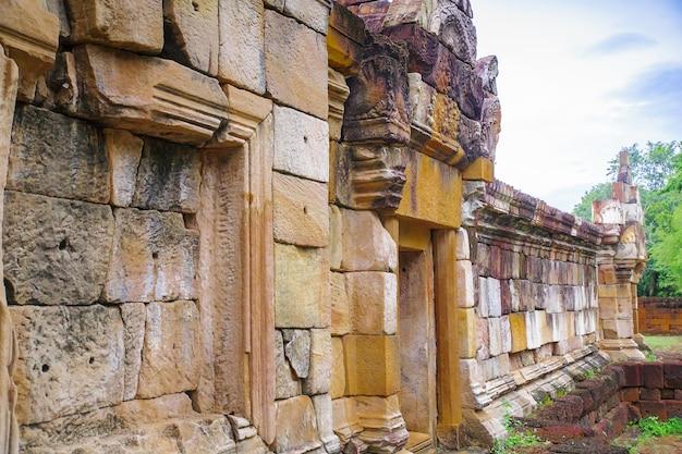 Feche a porta exterior e a parede de prasat sadok kok thome é um templo khmer em thaila