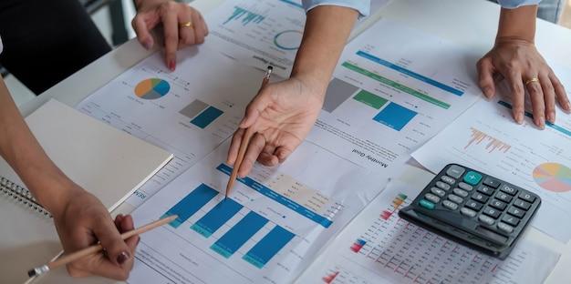 Feche a reunião de empresários para discutir a situação do mercado. conceito financeiro empresarial