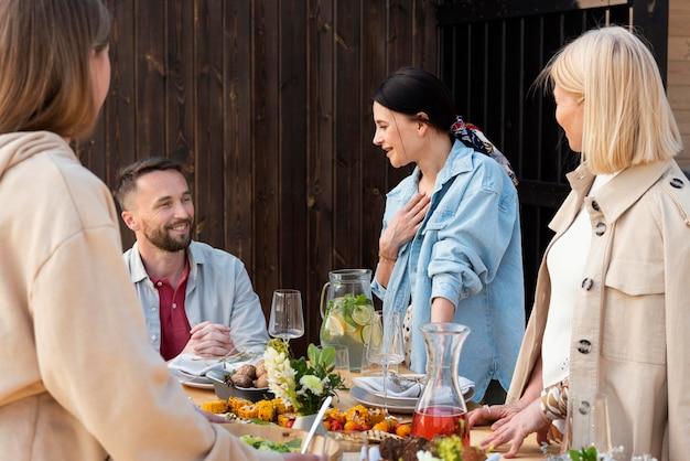 Feche a reunião familiar com comida