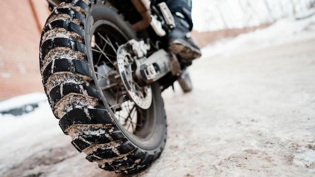 Feche a roda da motocicleta