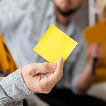 Feche a sessão de terapia de grupo com notas adesivas